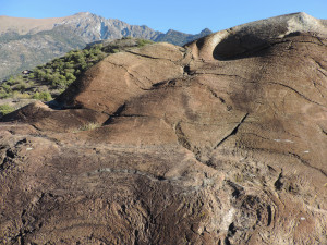 6. Tipico affioramento di peridotiti serpentinizzate, abrase dal ghiacciaio balteo pleistocenico. Il colore rossastro proviene dall'alterazione delle rocce ricche in ferro. Gole di Montjovet, Comune di Saint-Vincent.