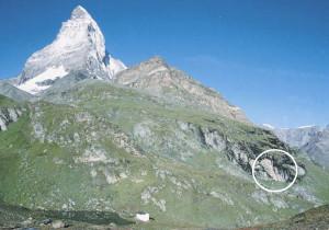 Fig. 06 - Riparo sotto roccia presso il Lago Nero di Zermatt, con reperti dal 5000 a.C. Foto U. Lenzinger, Musées Cantonaux du Valais.