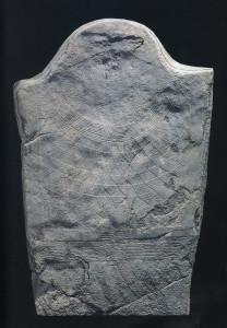 Fig. 09 - Una delle stele in calcescisto di Saint-Martin-de-Corléans, conservata al Museo Archeologico Regionale di Aosta.