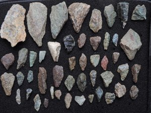 Fig. 15 - Collezione di punte e schegge da un atelier non ancora identificato presso il paleoalveo del Gran Valey a Saint-Vincent.