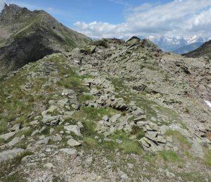 4. A ridosso di uno spalto naturale si allineano alcune capanne di un grosso villaggio a quasi 2600 m.