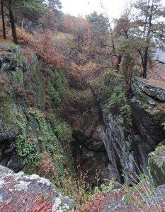 2.Grandioso trench con pareti rocciose complementari a specchio nel bosco di Tsampeil da Piana, tra Emarèse e Montjovet. Tracciato su anfibolite (metabasite oceanica) in ambiente di paleofrana.