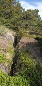 3.Frattura beante su anfibolite lungo il sentiero di Saint-Evence (Saint-Denis). Roccia in posto, al bordo di grande DGPV.