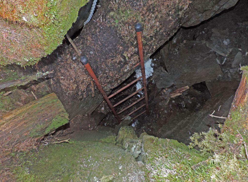 4. Borna da Ghiassa, trench con fondo ghiacciato in piena estate nel bosco del Baou di Bouque di Introd su calcescisti oceanici.