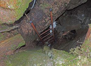 4.Borna da Ghiassa, trench con fondo ghiacciato in piena estate nel bosco del Baou di Bouque di Introd su calcescisti oceanici.