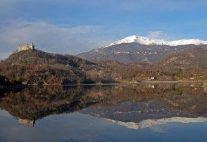 01. Il Mombarone, ancora parzialmente innevato, si specchia nel lago di Montalto (Lago Pistono).