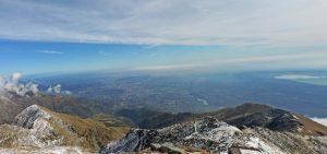 02. Dalla cima del Mombarone panorama sull'alta valle del torrente Viona e sulla pianura biellese. A destra la Serra e il lago di Viverone.