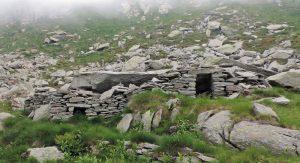 03. Alcuni ripari ricavati sotto a grossi blocchi piatti in detrito, Alta valle del Viona poco a nord del laghetto Pasei.
