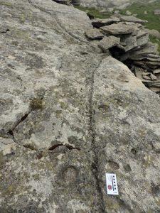 11. Doppia canaletta a V (grondaia) sul roccione che fa da tetto al ricovero interrato in alta valle del Viona, a nord del laghetto Pasei.