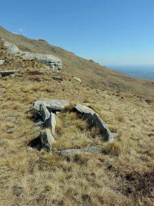 14. La tomba a cista scavata su un poggio della cresta che scende dal Bric Paglie. Lastre in metagranito. Piccola cava nelle vicinanze.