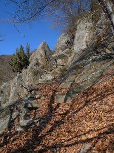 99. Passaggio su roccia (metagranitoidi) nelle vicinanze di Liavanère.