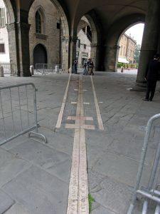 1. Calendario in pietra intarsiato a pavimento sotto la loggia di Bergamo Alta.