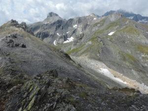 02. Vers le col Fenetre de Ferret apparait l'alternance de bandes blanches (quartzites, anciennes plages sableuses) et noires (schistes graphiteux, anciens marécages carbonifères).