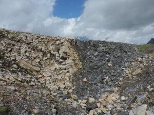 03. Contact entre les schistes graphiteux et les calcaires dolomitiques qui donnent la substance réductrice au fourneau de fusion de l'hématite.