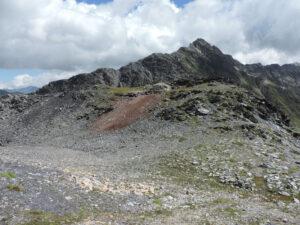 08. Sur le rebord de la faille s'alignent le four avec ses scories et la mine d'anthracite, sur la gauche.