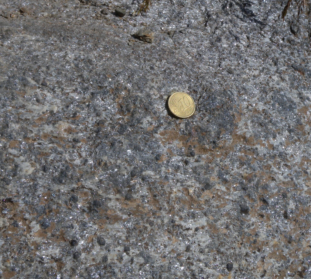 05. Alcune lenti di materiale sedimentario (argilla, calcare) si trovano pizzicate fra le colate magmatiche di questo livello intermedio. Ospitano minerali interessanti e anche belli a vedersi (Unità di Riffelberg-Garten).