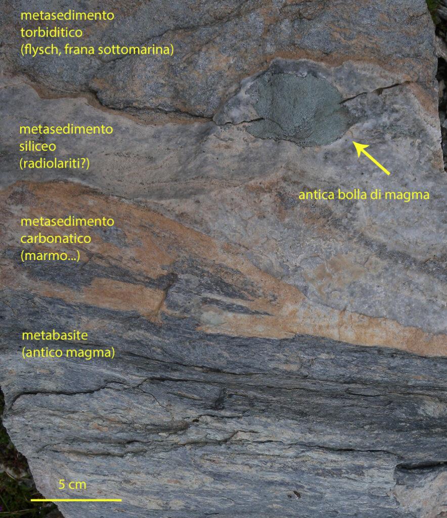 07. In pochi decimetri di roccia si sovrappongono eventi e materiali che movimentavano l'antico fondo oceanico sotto la colonna d'acqua.