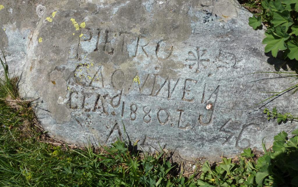 12. Alcuni massi di pietra ollare nel prato presso l'Alpe Mase ricevono testimonianze  di epoca storica recente.