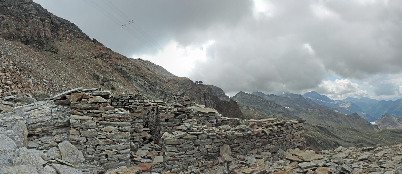 """07. Quel che resta del """"Baraccon"""", alloggio dei minatori e sito di prima frantumazione dei blocchi di minerale estratti dalla miniera."""