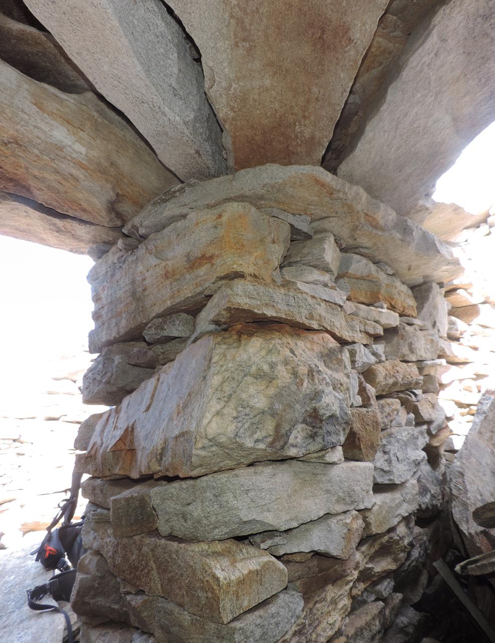 08. La struttura a lastre della roccia affiorante permette soluzioni architettoniche di bell'effetto.