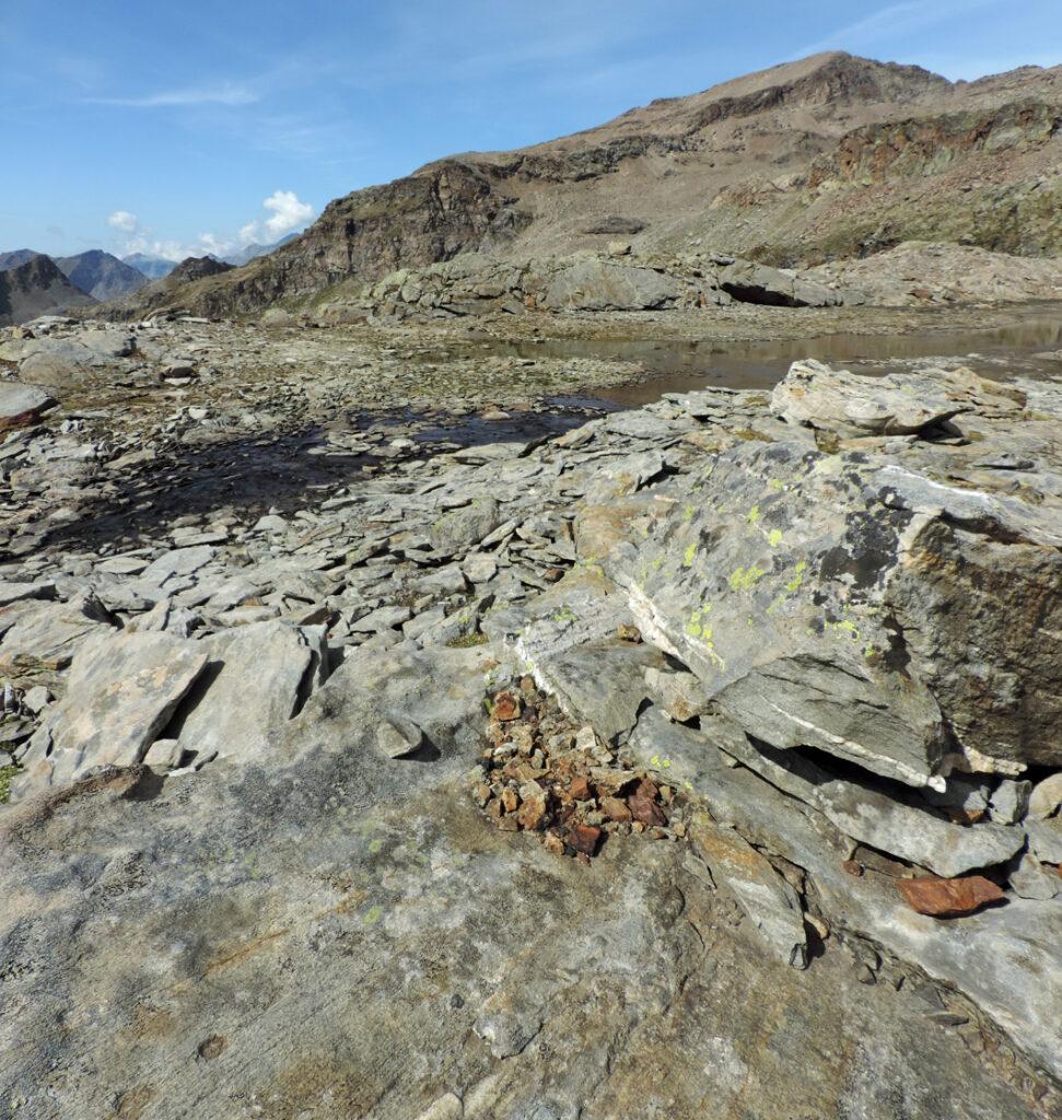 09. Pochi resti di roccia mineralizzata ridotti a pezzi centimetrici occupano alcune cavità nei massi circostanti i Baraccone.