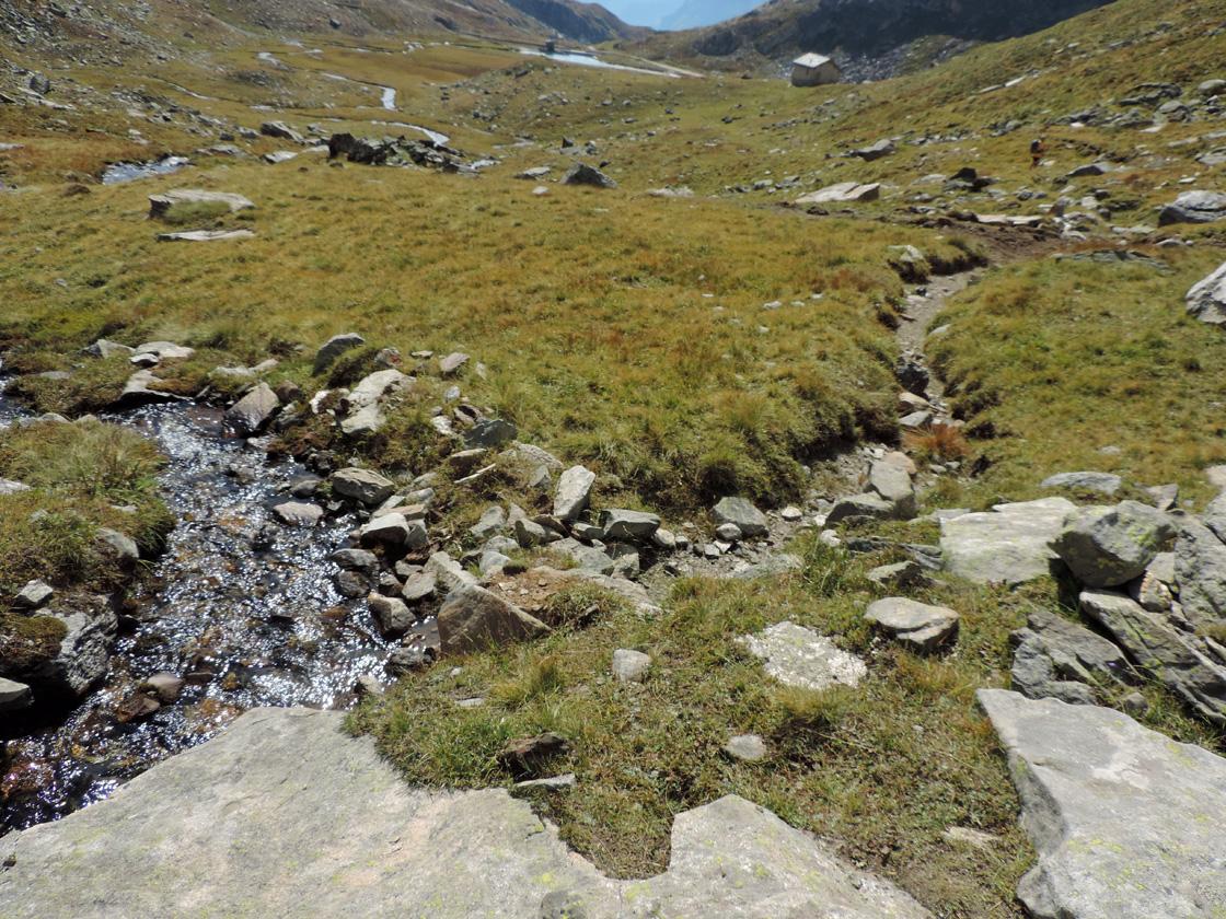 15. La presa del canale per i mulini dell'Alpe Indren dal ruscello che scende dalla miniera.
