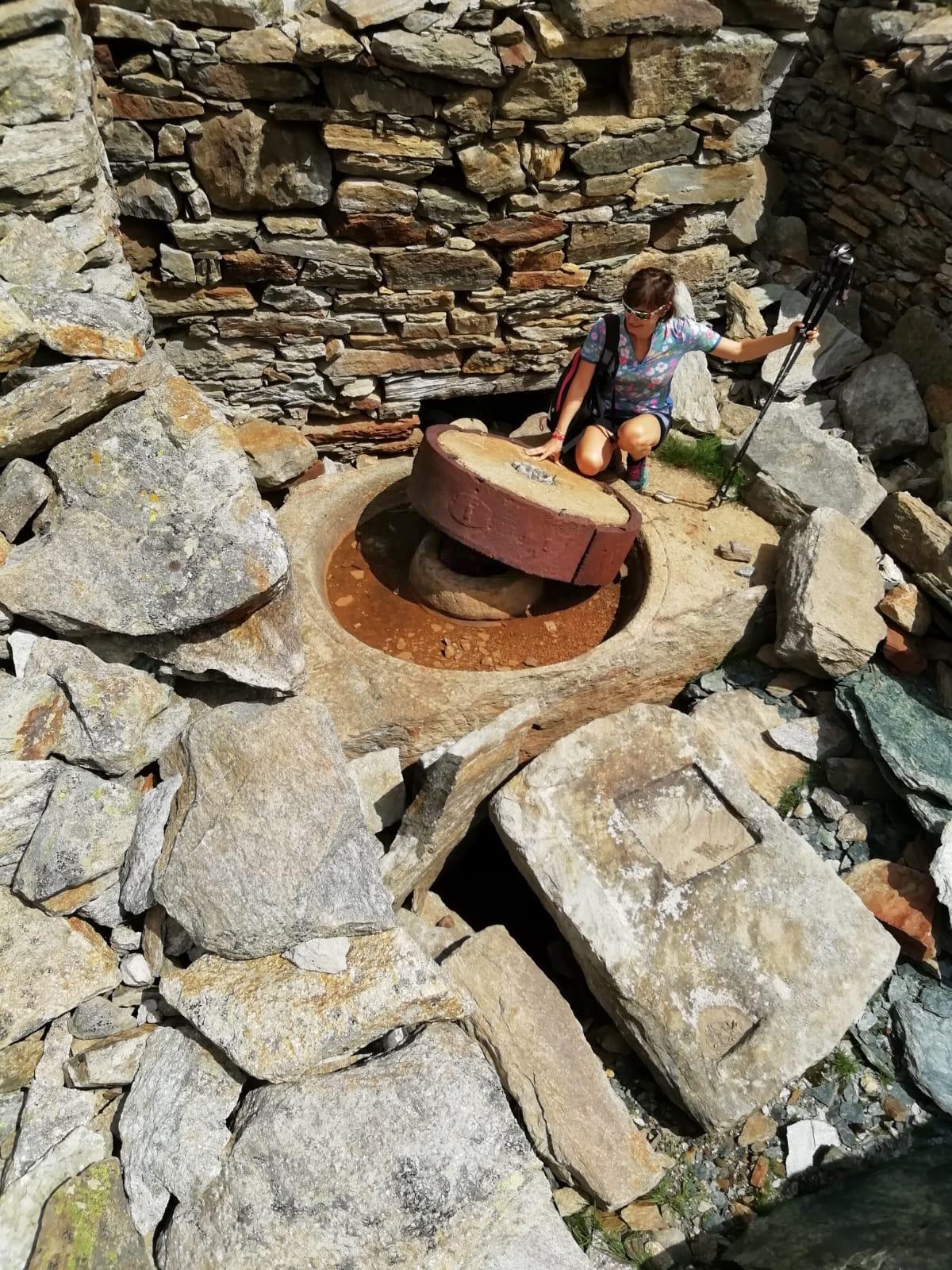"""16. Ritrovamento del """"molinone"""" all'Alpe Indren. Esso serviva a ridurre a sabbia le rocce mineralizzate. Foto Nadia Guindani."""