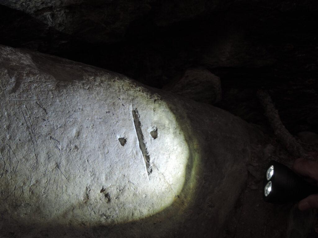 03b. Il limite catastale vigorosamente inciso sulla lastra di pietra ollare.