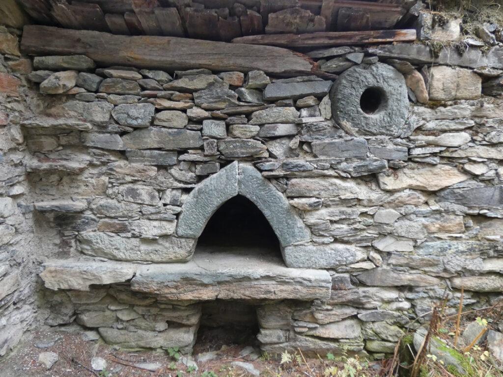 04a. Il forno di Fiéry con la sua bocca e il suo camino derivati da una macina da mulino in cloritoscisto granatifero.