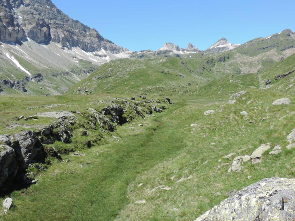 """10. Questa muraglia rettilinea all'Alpe Varda registra la distensione della crosta e l'apertura di un """"vuoto"""" attorno a cui si è impostato il vallone."""