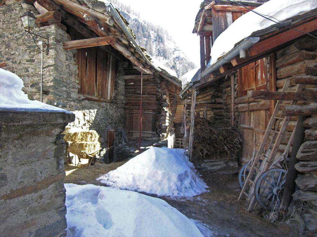 01. Il gran villaggio di Rovenaud vive anche d'inverno, seppure a ritmi ridotti.