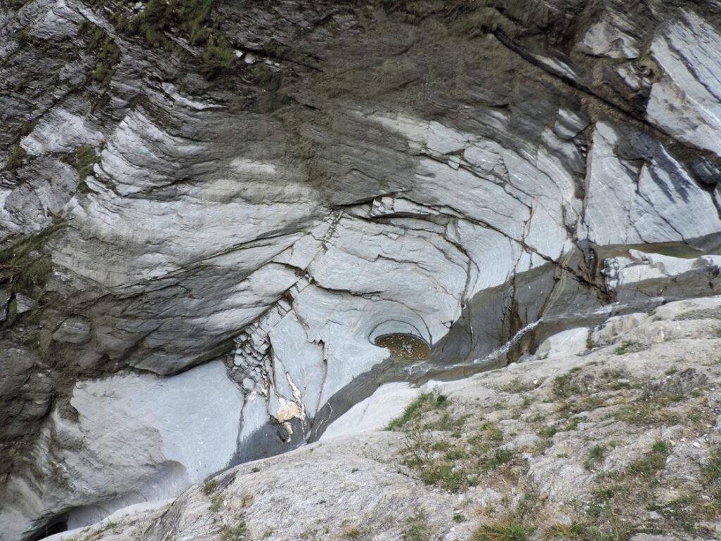03. Nella parte bassa del versante, il torrentello attraversa un nodulo di metabasalto (antica lava solidificata sul fondo oceanico), incidendo pigramente una marmitta dei giganti.