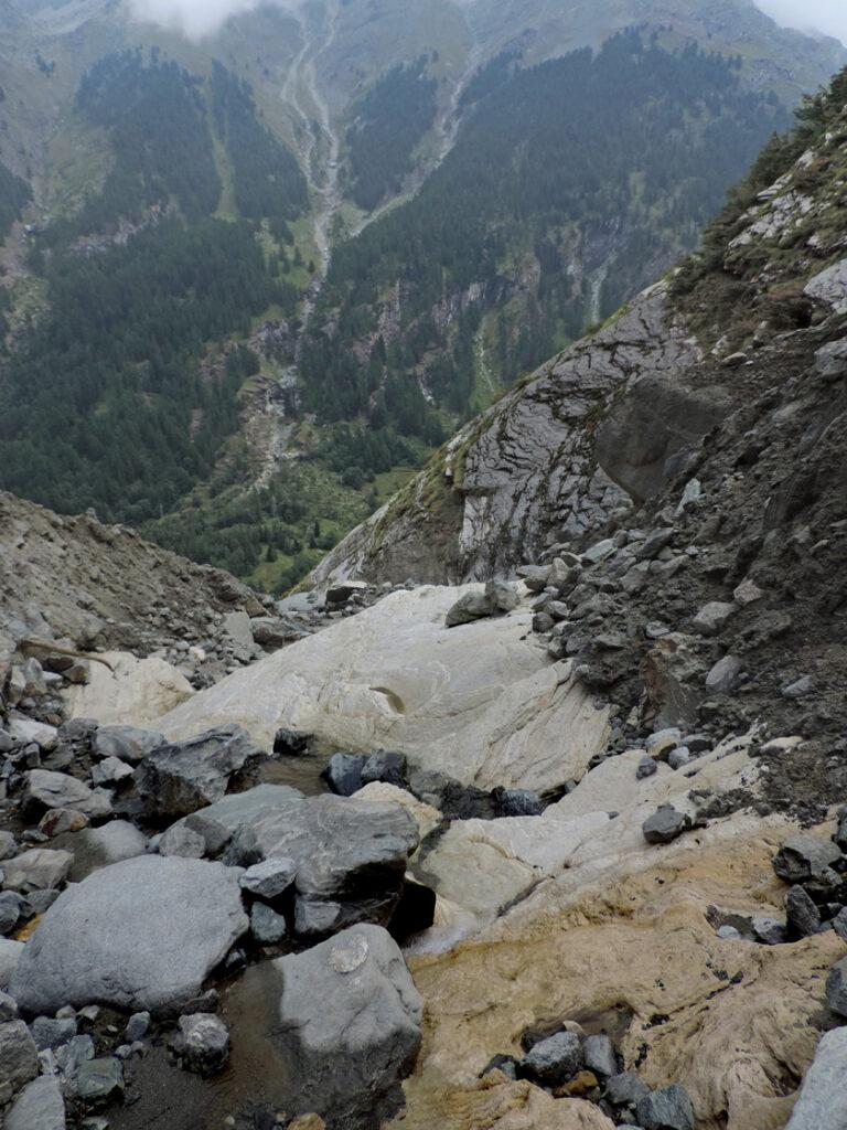 04. Il livello calcareo di scorrimento affiora sul fondo del torrentello in corrispondenza del ripiano.