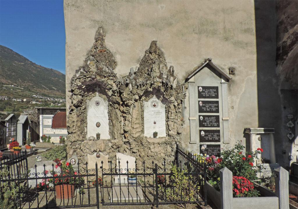 18. Due delle tombe adorne di formazioni carsiche al cimitero di Villeneuve.