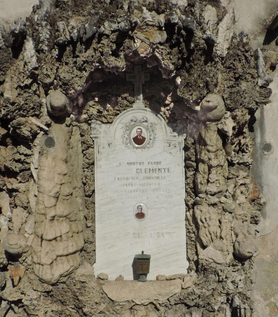 19. Dettaglio di una delle due tombe della foto 18, con imponenti stalagmiti.
