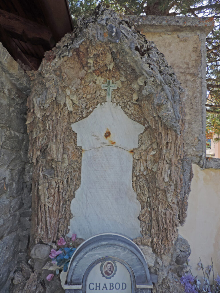 22. Tomba al cimitero di Degioz (Valsavarenche). Notare in basso le due stalattiti (?) spezzate.