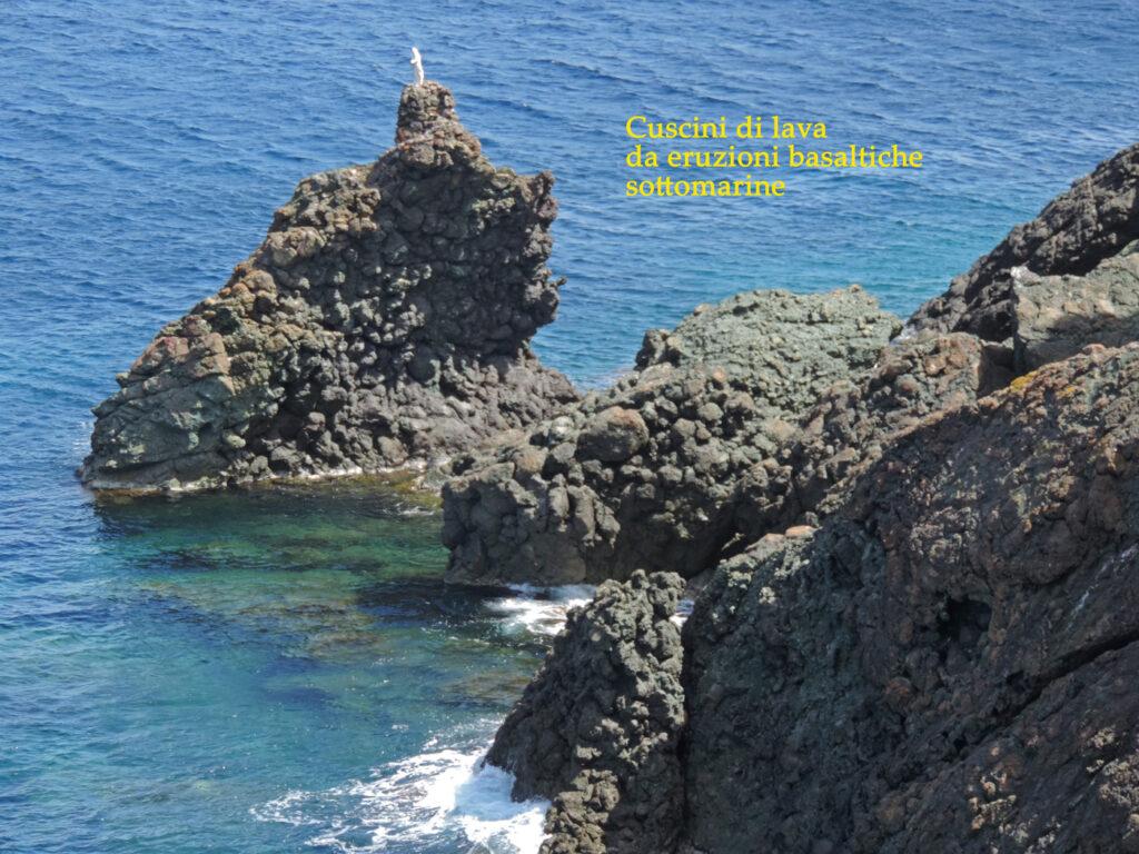 03a. Punta della Crocetta, presso Marciana Marina, espone un magnifico campionario di cuscini di lava, forma che prende il basalto eruttato dalle fessure in fondo all'oceano.