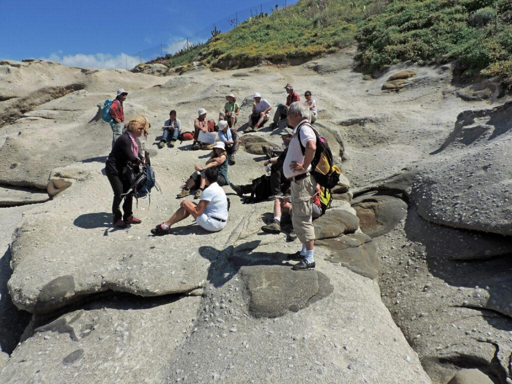 07a. Il granito di Sant'Andrea accoglie il gruppo di studio sulla geologia dell'Elba.