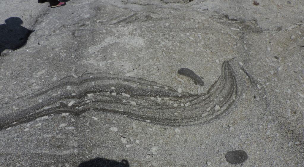 07c. Generalmente il basalto nero resta come residuo avendo più alta temperatura di fusione, ma a volte una venuta tardiva riesce parzialmente a mescolarsi alla granodiorite.