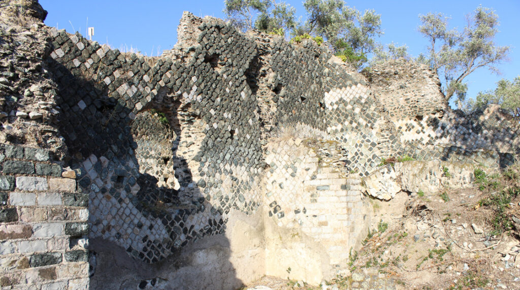 La Villa romana delle Grotte presso Portoferraio testimonia della capacità dei Romani ad utilizzare con ottimo risultato estetico una pietra tecnicamente scadente come la serpentinite, qui associata al marmo bianco.