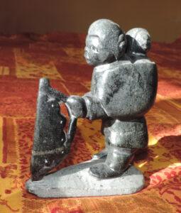 1. Statuetta in pietra ollare del popolo Inuit (Québec, Canada) illustrante la concia delle pelli.