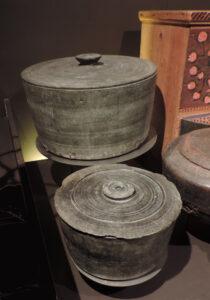 5. Recipienti completi in pietra ollare esposti al Museo dell'Artigianato Valdostano di Fénis (diametro cm 30 circa).