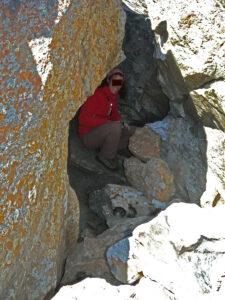 5. Postazione di sorveglianza in grotta mascherata da massi, in posizione panoramica.