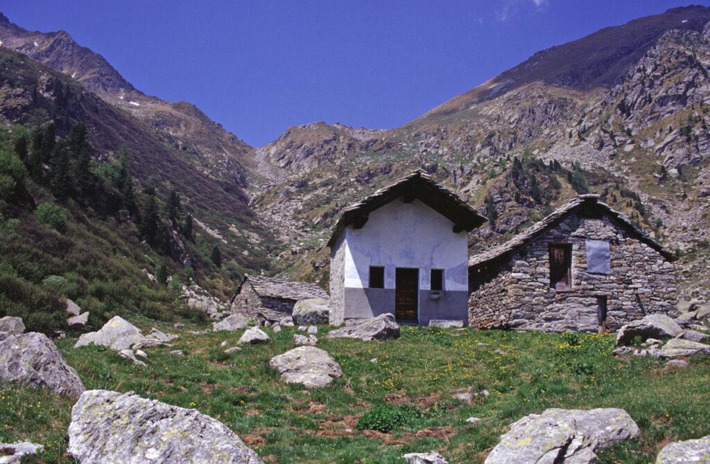 7. L'alpeggio di Muni ai piedi del Col Dondeuil e, in secondo piano, le due faglie.