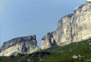 08 - Les falaises des Cime Bianche à la base de la Becca d'Aran.