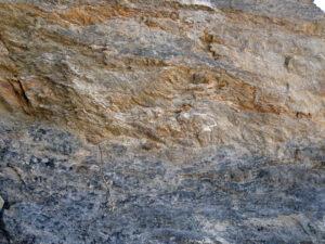 09 - Les quartzites micacées (en gris) s'effilochent au contact supérieur avec les calcaires des Cime Bianche.