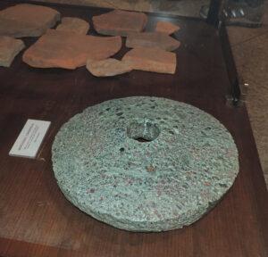 9.Macina presumibilmente valdostana conservata al Museo archeologico di Mergozzo (VB), proveniente da scavi a Candoglia in contesto tardo-antico.