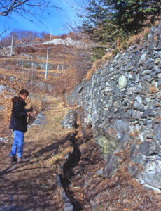 9.Muretto misto a serpentinite, con canaletta basale. Conci smussati da breve trasporto. Gaspard, Montjovet.