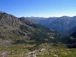 9. Panorama da monte del tronco vallivo mediano, con i mayen sgranati lungo la faglia B.