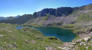 10. Il più grande dei Piccoli Laghi, inserito nella sua conca ricca in geodiversità.